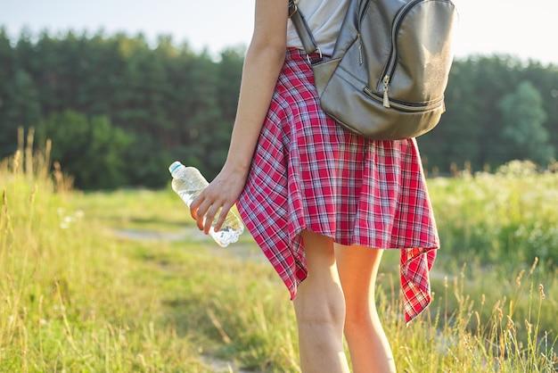 Hand van de jonge fles van de vrouwenholding water