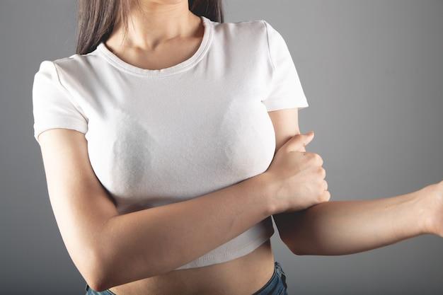 Hand van de vrouw doet pijn op grijze achtergrond