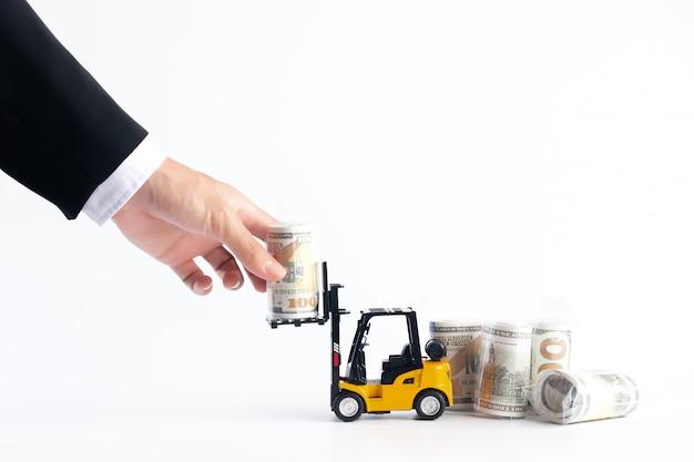 Hand van de zakenman plukt de rekening van de gelddollar in plastiek van vorkheftruck wordt verpakt, financieel concept dat