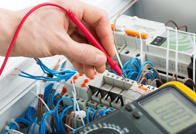 Hand van een elektricien