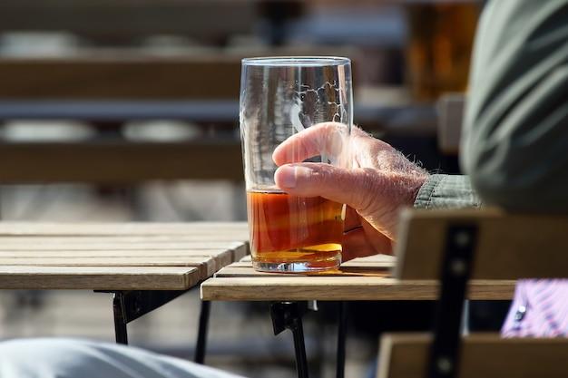 Hand van een man die bier drinkt