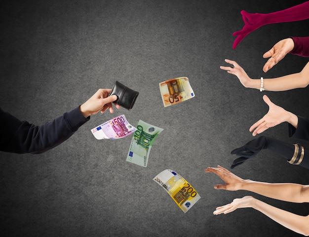 Hand van een man met portemonnee en bankbiljetten