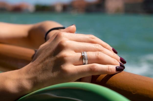 Hand van een meisje met een trouwring. het concept van het bezoeken van bruiloften, geluk, familie. gemengde media