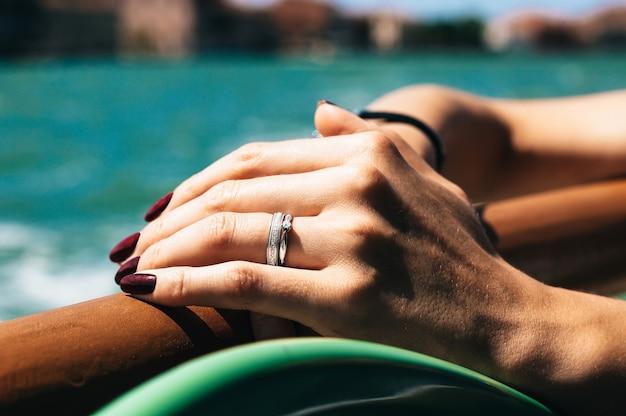 Hand van een meisje met een trouwring.
