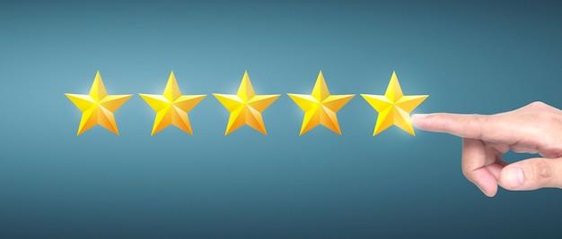 Hand van het aanraken van opkomst bij het verhogen van vijf sterren. verhoog beoordelingsevaluatie en classificatieconcept
