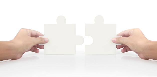 Hand van het aansluiten van puzzel, concept van teamwork.