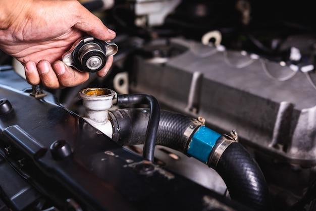 Hand van het auto mechanische de controlekoelwater van de technicusdienst
