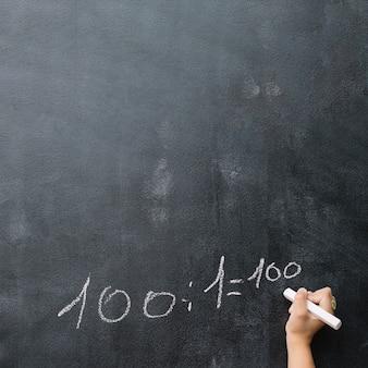Hand van leerlingoplossende oefening