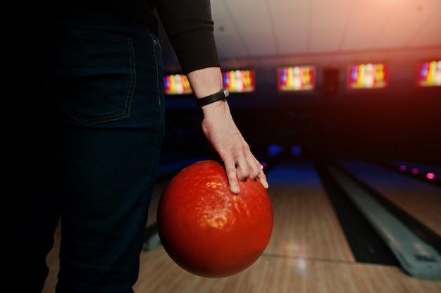 Hand van man speler met armband bowlingbal houden