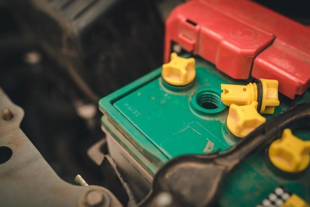 Hand van mechanic check en voeg water toe aan autobatterij, selectieve focus automonteur gebruikt om te controleren en onderhoud autobatterij.