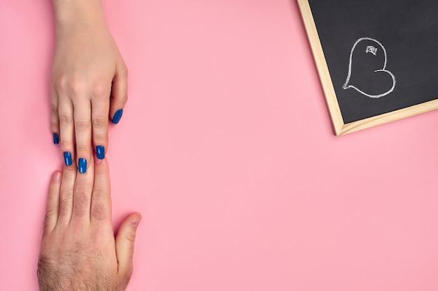 Hand van onbekend vrouwtje raakt een man