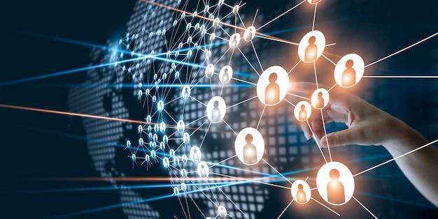 Hand van ontroerend netwerk dat het menselijke puntjespictogram verbindt in bedrijfsprojectbeheer.