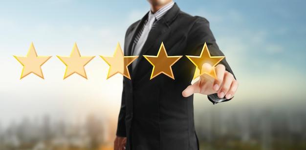 Hand van ontroerende stijging bij het verhogen van vijf sterren verhoog de beoordeling van beoordelingen