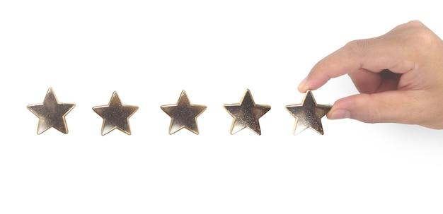 Hand van ontroerende stijging bij het verhogen van vijf sterren. verhoog het beoordelings- en classificatieconcept