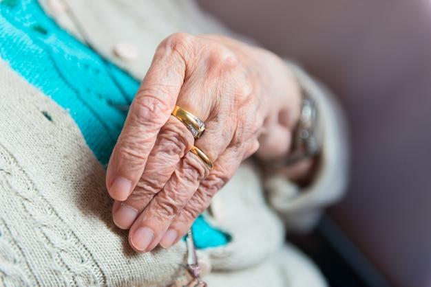 Hand van oudere vrouw met ringen