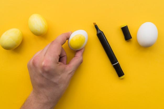 Hand van persoon dichtbij teller en eieren