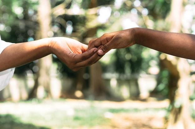 Hand van twee onherkenbare mensen die contact maken met moeders liefdesconcept