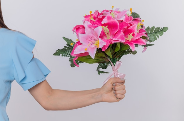 Hand van vrouw met boeket bloemen