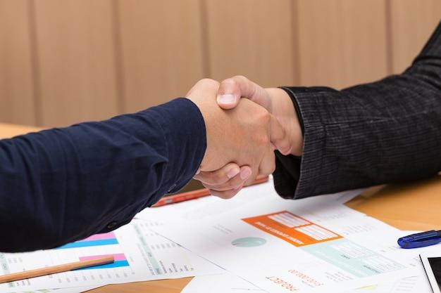 Hand van zakenlieden handshaking na vergadering.