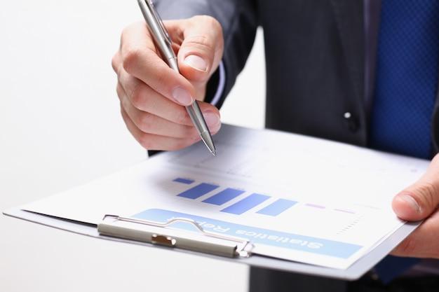 Hand van zakenman in en kostuum die vullen ondertekenen