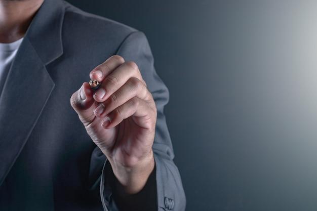 Hand van zakenman schrijven of schrijven op het virtuele touchscreen