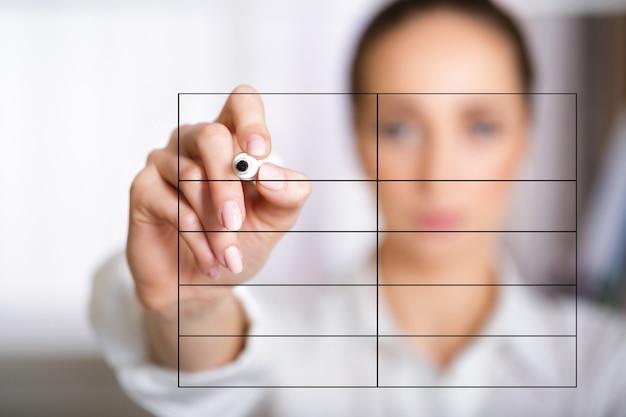 Hand van zakenvrouw schrijven lijst op scherm met marker