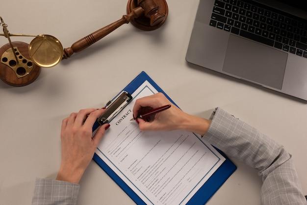 Hand van zakenvrouw schrijven op papier in office