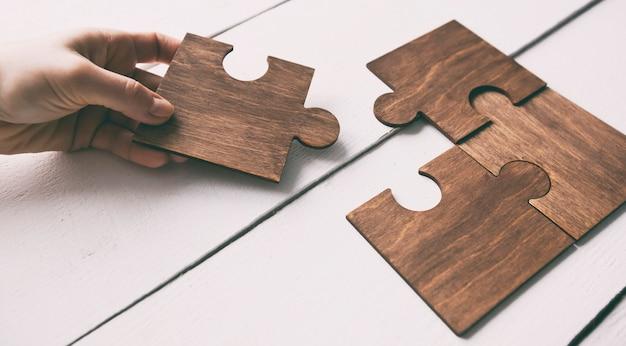 Hand verbindende puzzelstukjes