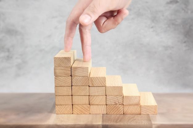 Hand vergelijken persoon opvoeren speelgoed trap hout