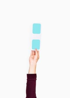 Hand verhoogd met blauwe dubbele punt