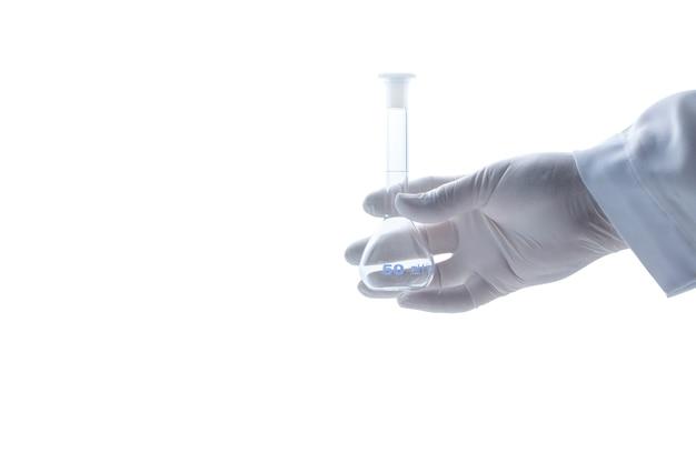 Hand wetenschapper dragen rubberen handschoenen en houden erlenmeyer kolven geïsoleerd op een witte achtergrond en coppy ruimte, chemisch laboratoriumglaswerk en science concept