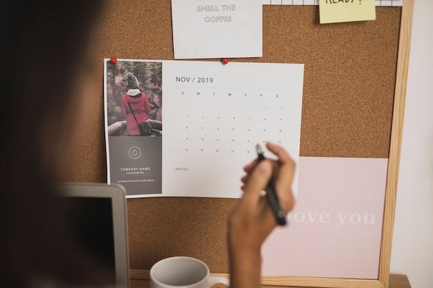 Hand wijzend op belangrijke plannen in de kalender