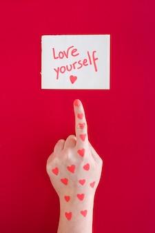 Hand wijzende vinger op hou van jezelf bericht