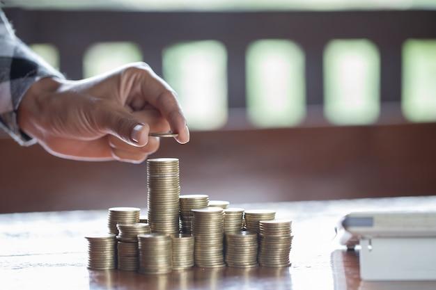 Hand zet munt aan geld, bedrijfsidee