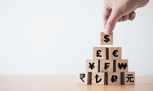 Hand zetten houten kubus van ons dollarteken