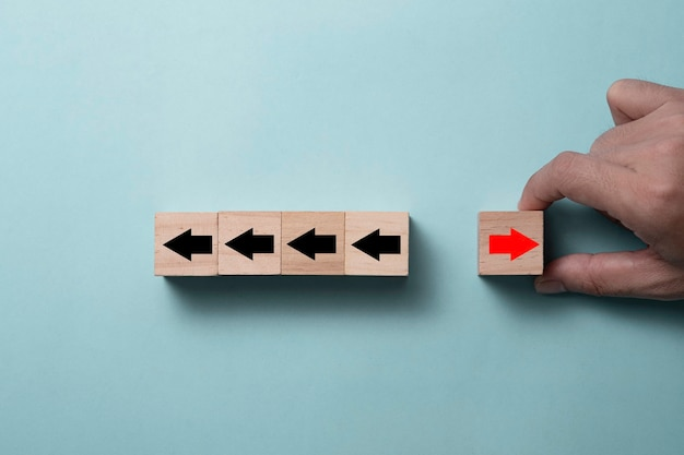 Hand zetten kubussen blok voor het veranderen van richting concept