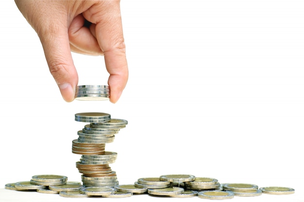 Hand zetten munten gestapeld op elkaar in verschillende posities