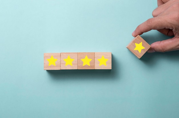 Hand zetten vijf gele sterren voor klant evalueert concept