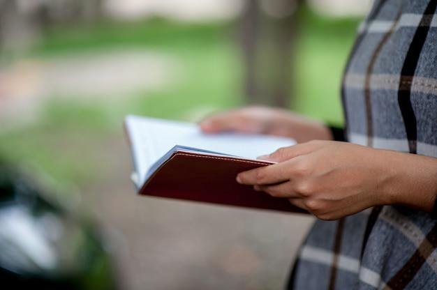 Handafbeeldingen en boeken onderwijsconcept