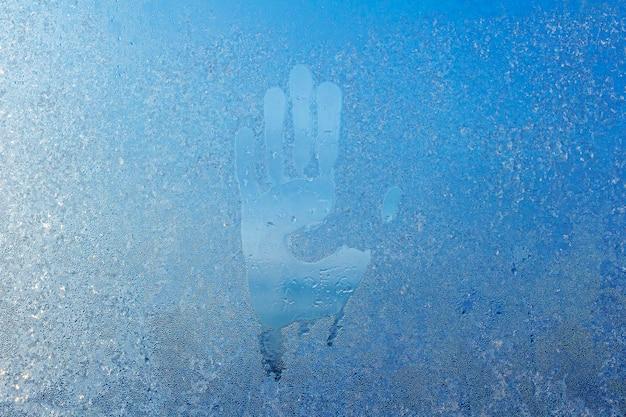 Handafdrukken op de handpalm van het condensvenster