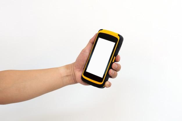 Handarbeider houdt tablet in de hand voor het controleren en scannen van pakketten in magazijn.