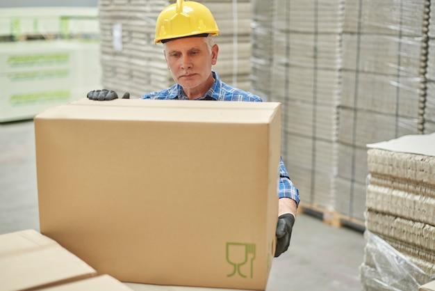 Handarbeider in het magazijn