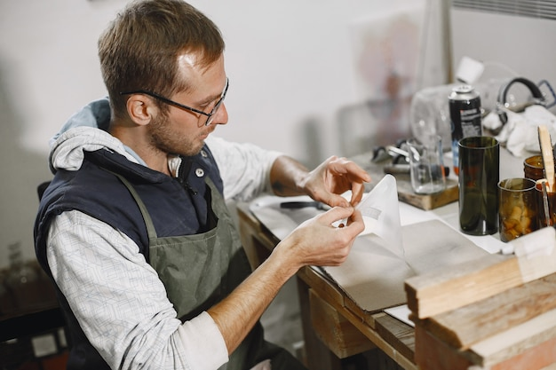 Handarbeider met leeg glas. man's hand close-up. het concept van productie.