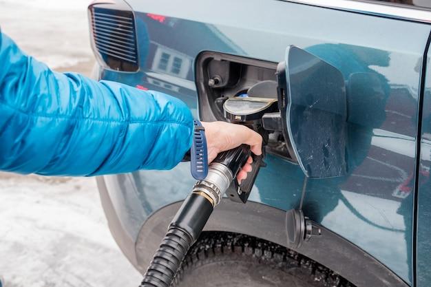 Handbediende tankmond zelfbediening in brandstoftank bij tankstation