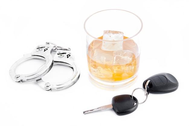 Handboeien een whisky en een autosleutel