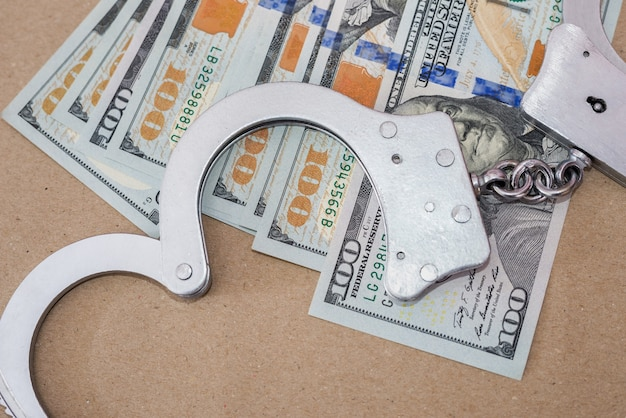 Handboeien en dollars. misdaad concept