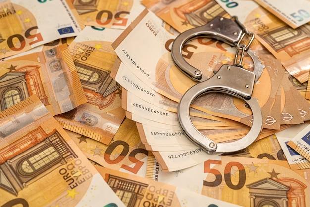 Handboeien en eurobankbiljetten. corruptie en omkoping concept