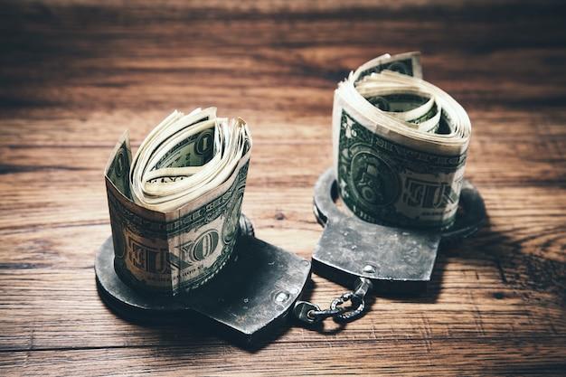 Handboeien met geld op tafel