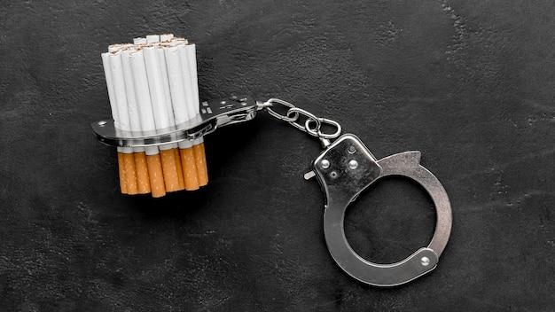 Handboeien met sigaretten