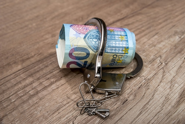 Handboeien op de eurobiljetten